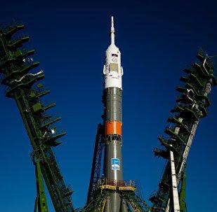 El cohete lanzador Soyuz-FG en la rampa de lanzamiento