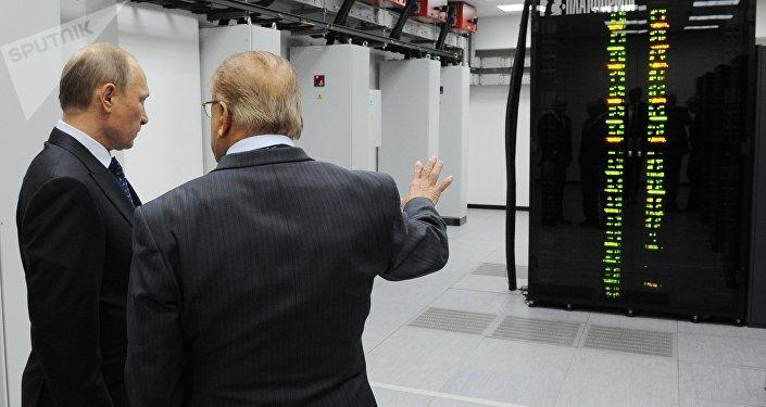 Vladímir Putin y Víctor Sadóvhichi examinan la supercomputadora de la Universidad Lomonósov