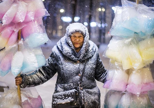 'Vendedora de algodón de azúcar', la foto ganadora del Concurso Internacional de Fotoperiodismo Andréi Stenin
