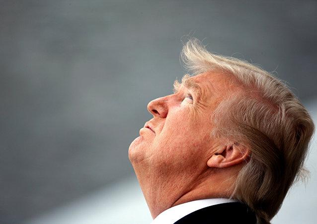 Donald Trump, presidente de Estados Unidos, mira hacia arriba
