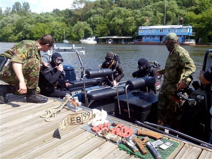 Arsenal completo encontrado bajo el río Moscova.