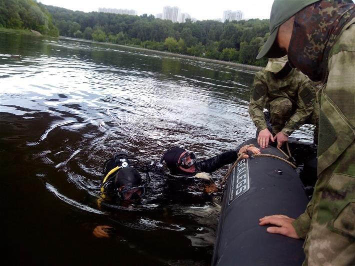 Buzos llevando a la superficie las armas y otros objetos encontrados bajo el río Moscova