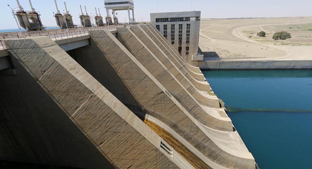 Una vista muestra parte de la presa de Tabqa en el río Éufrates, cerca de Al Raqa