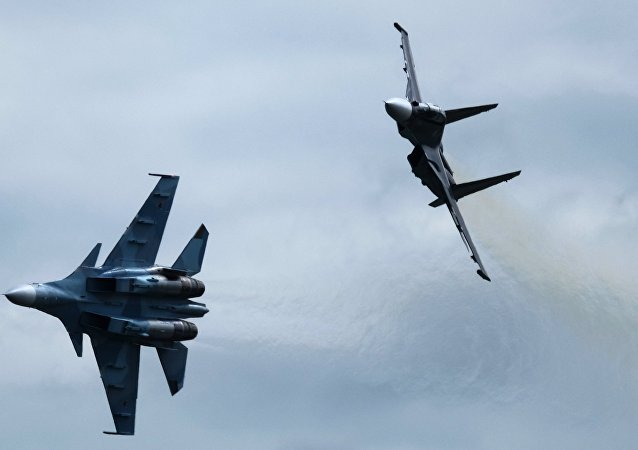 Los cazas rusos Su-30SM durante el programa de vuelos de la segunda jornada del Salón Aeroespacial MAKS-2017