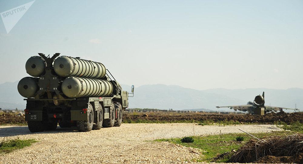 Sistema de lanzamiento de misiles S-400 Triumf (archivo)