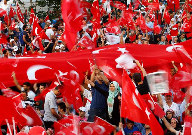 Los turcos con las banderas del país