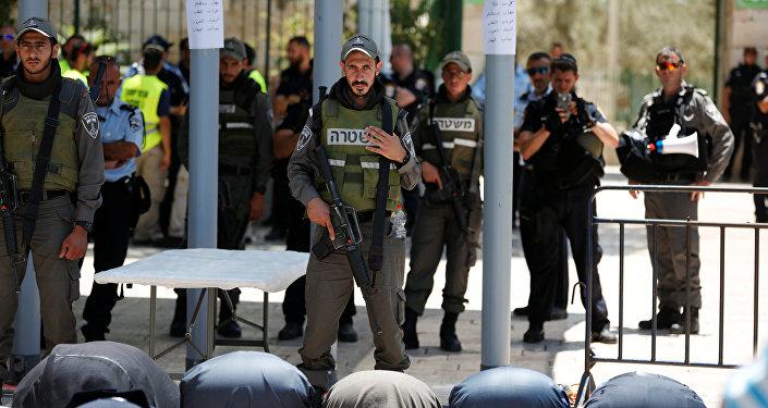 Policía de Israel cerca de los detectores de metal