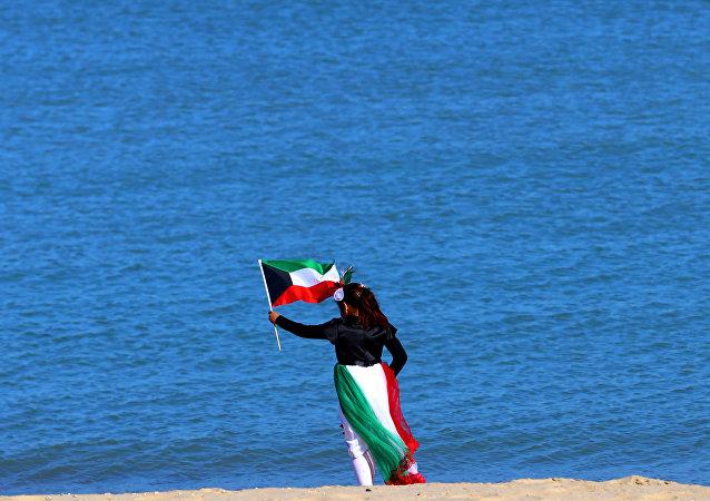 Una mujer con la bandera de Kuwait (imagen referencial)