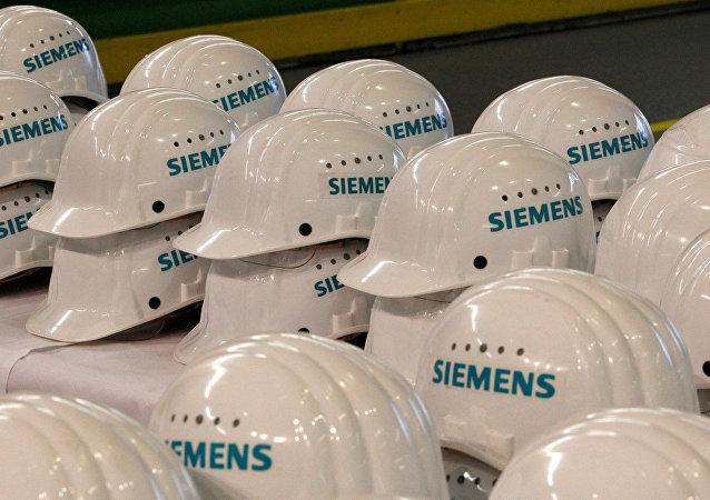 Logos de la compañía Siemens en los cascos (archivo)