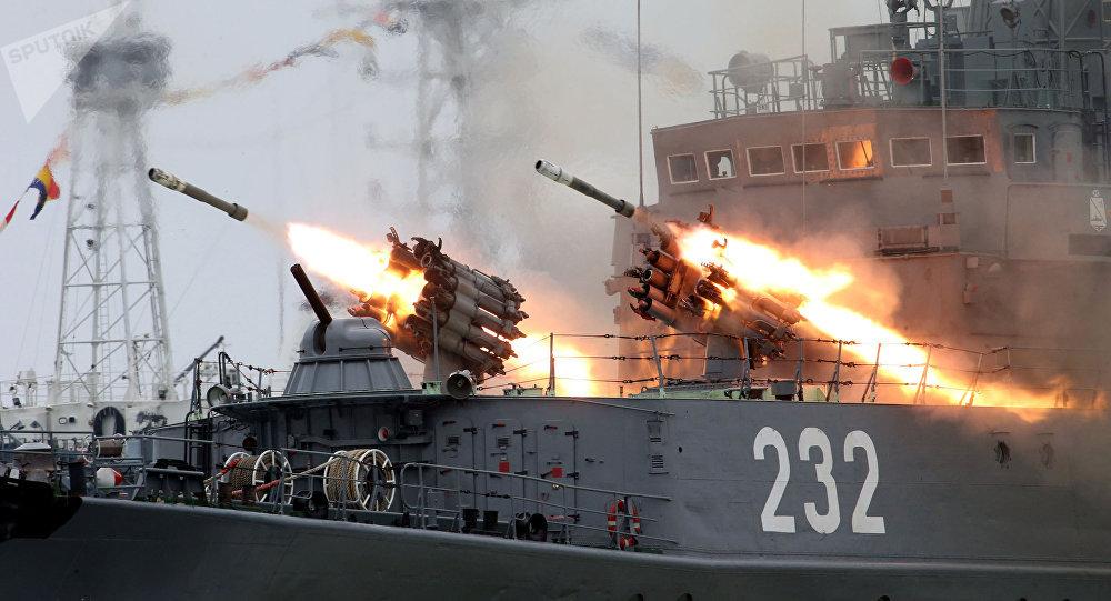 Ensayo general en vísperas del Día Nacional de la Armada rusa en Baltisk