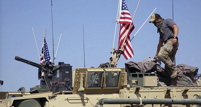 Soldado estadounidense sobre un vehículo blindado en la aldea de Darbasiyah, norte de Siria
