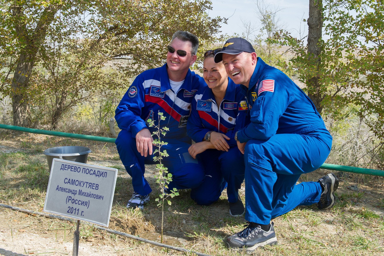 Los tripulantes de la misión Soyuz TMA-14M Alexandr Samokutiáyev, Elena Serova y Barry Wilmore en la ceremonia de plantación de sus árboles.