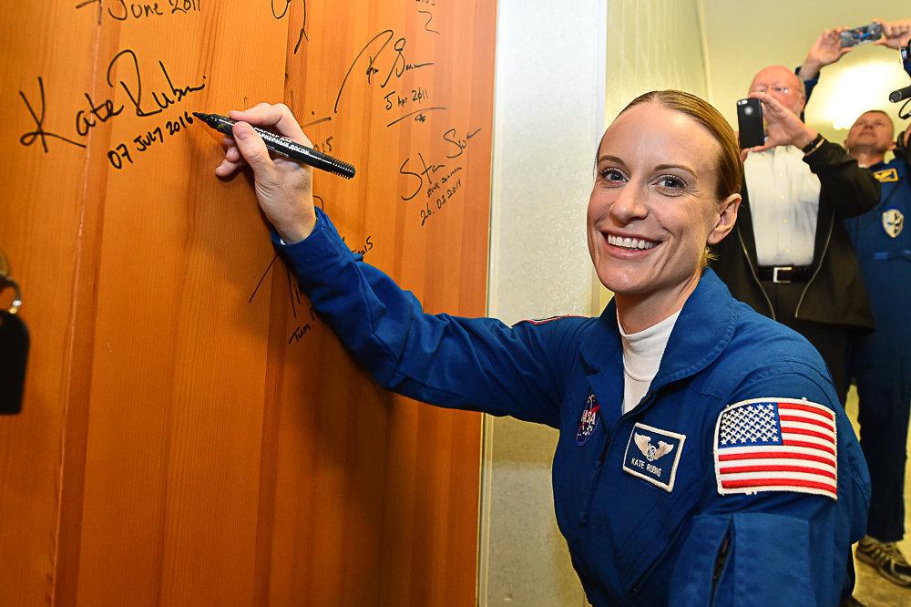 La astronauta estadounidense Kathleen Rubins deja su firma en la puerta del hotel Kosmonavt, justo antes de partir en la Expedición 49 rumbo a la Estación Espacial Internacional. 7 de julio de 2016.