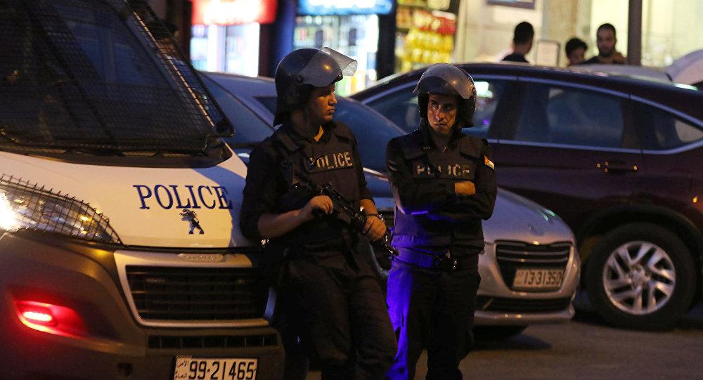 Policía al lado de la embajada israelí en Ammán, Jordania