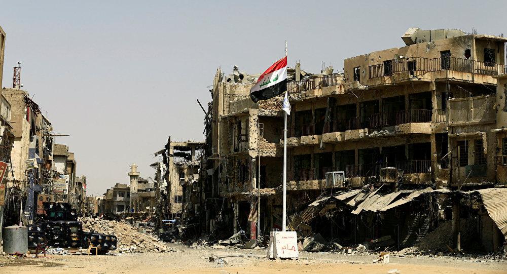 La bandera de Irak en la Ciudad Vieja de Mosul (archivo)