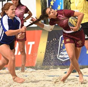 Bellas, fuertes y furiosas: las participantes del Campeonato de Rugby Playa en Moscú