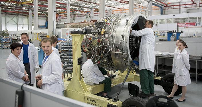 Los especialistas ensamblan un motor SaM-146 en la planta Saturn