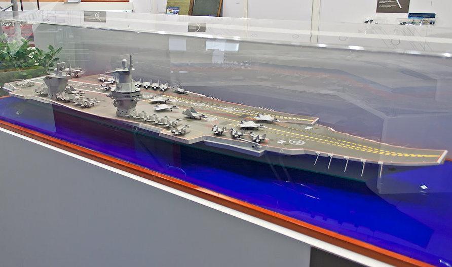 Un modelo a escala del portaviones Shtorm
