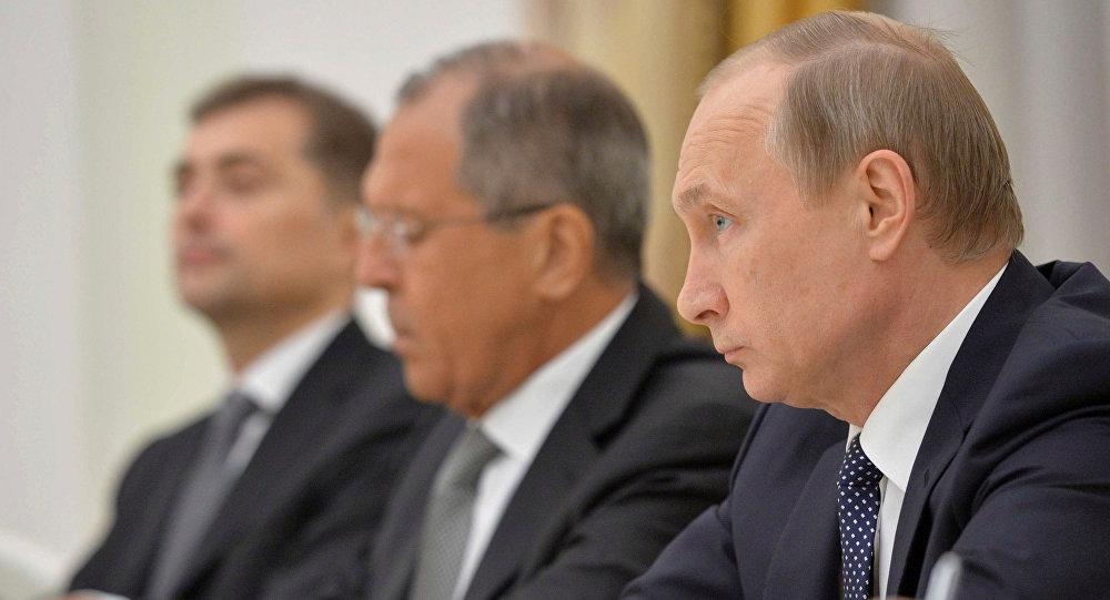 El presidente de Rusia, Vladimir Putin, y ministro de Exteriores de Rusia, Serguéi Lavrov durante la reunión con John Kerry, secretario de Estado de EEUU