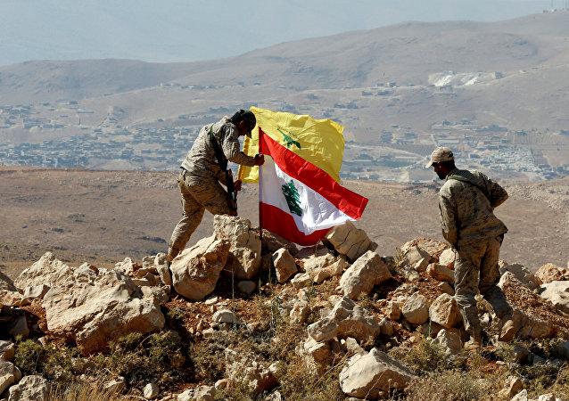 Las banderas de Hizbulá y el Líbano (archivo)