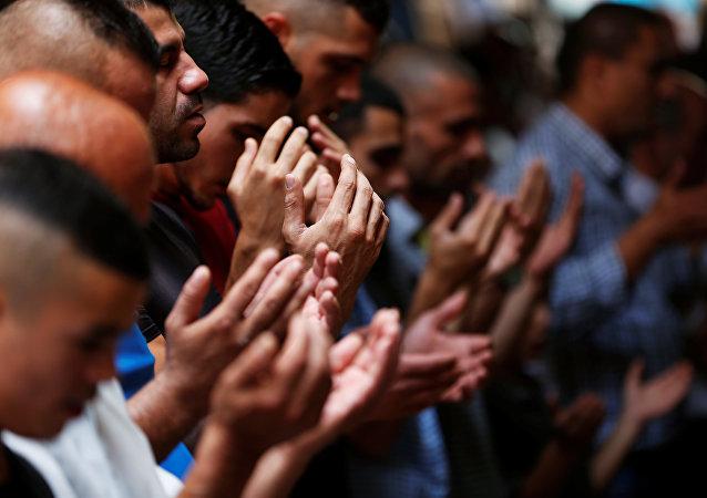 Los palestinos rezan cerca de la Explanada de Mezquitas