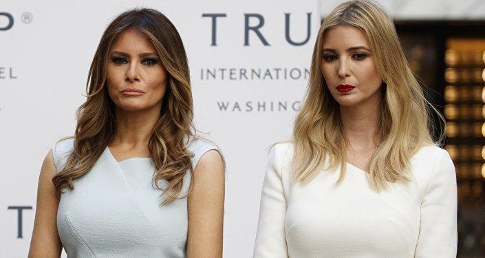 La primera dama estadounidense, Melania Trump, junto con Ivanka Trump, la hija de Donald Trump