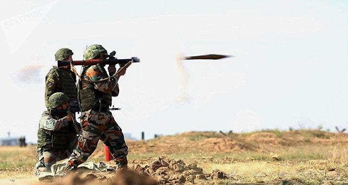 Los militares rusos e indios durante las maniobras conjuntas (imagen referencial)
