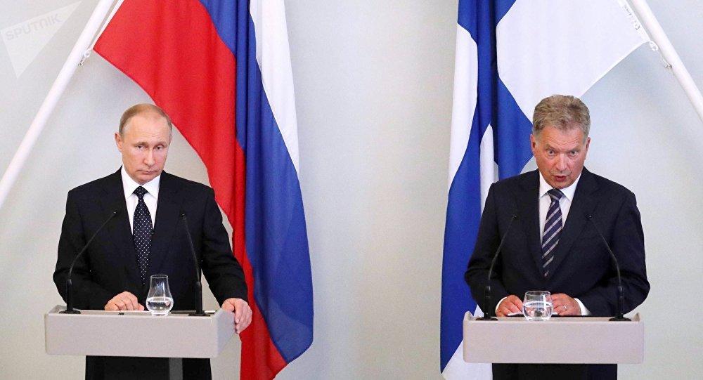 El presidente de Rusia,  Vladímir Putin  con su homologo finlandés, Sauli Niinistö (archivo)