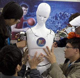 Estudiantes chinos y robot Ares, diseñado por ellos