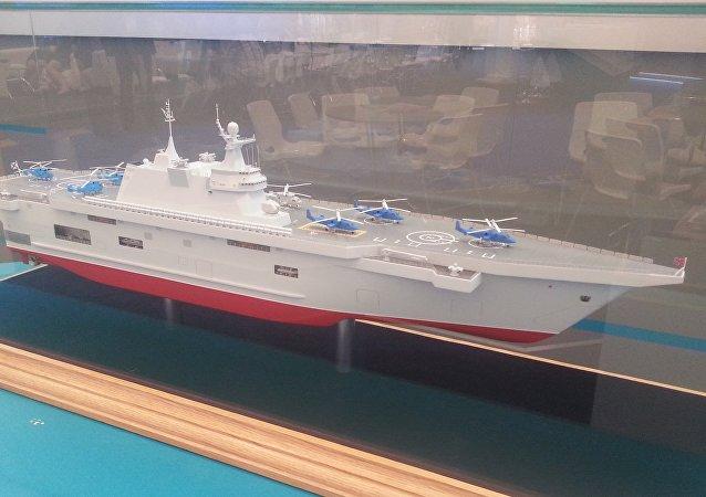 La maqueta del buque de desembarco portahelicópteros universal ruso clase Lavina, presentado en 2015