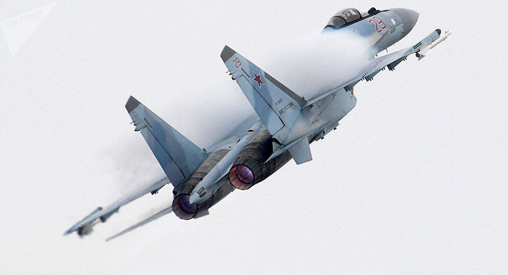 El caza ruso Su-35 en medio de una maniobra de acrobacia aérea en el marco del Salón Internacional Aeroespacial MAKS 2017