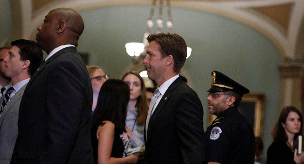 El Senador Tim Scott y el Senador Ben Sasse caminan hasta el Senado para votar la ley de atención médica en Capitol Hill en Washington