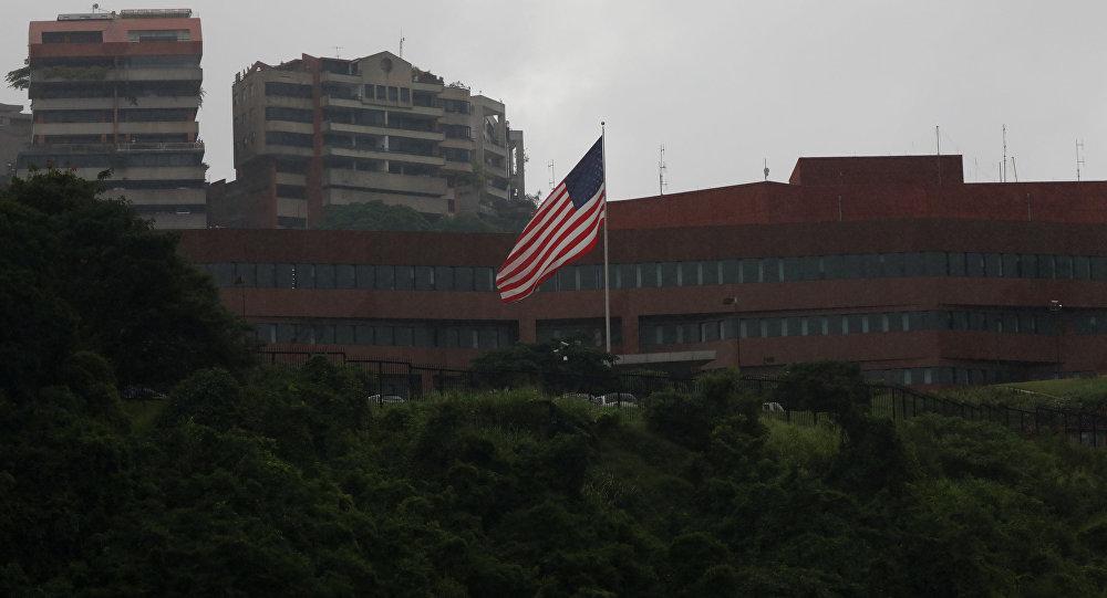 La bandera de EEUU en su embajada en Caracas, Venezuela