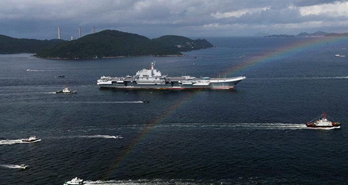 El portaviones chino Liaoning durante su visita a Hong Kong