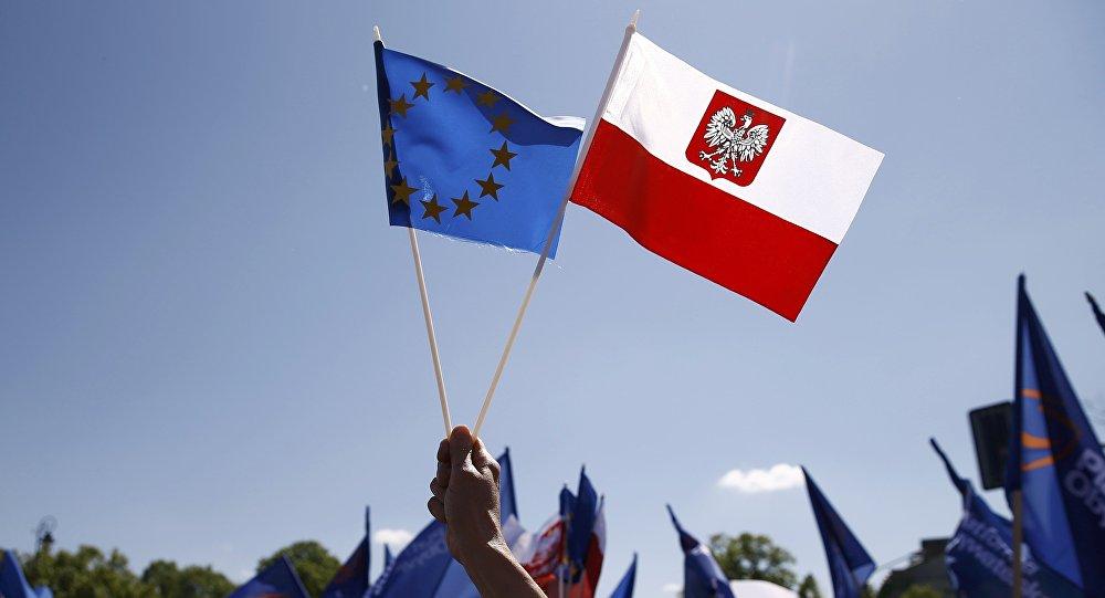 Las banderas de la UE y Polonia