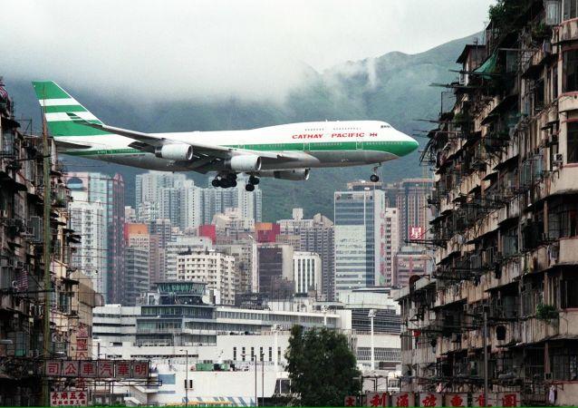Un Boeing 747-400 aterriza en el aeropuerto de Kai Tak
