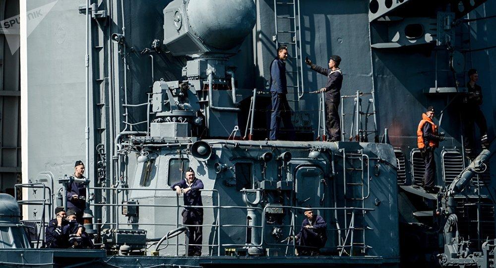 Varios tripulantes de un destructor de Rusia