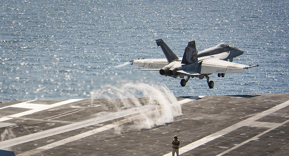 Un caza F/A-18E Super Hornet se lanza desde el portaviones USS Carl Vinson (archivo)