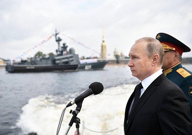 Vladímir Putin, presidente de Rusia, en un desfile naval en San Petersburgo