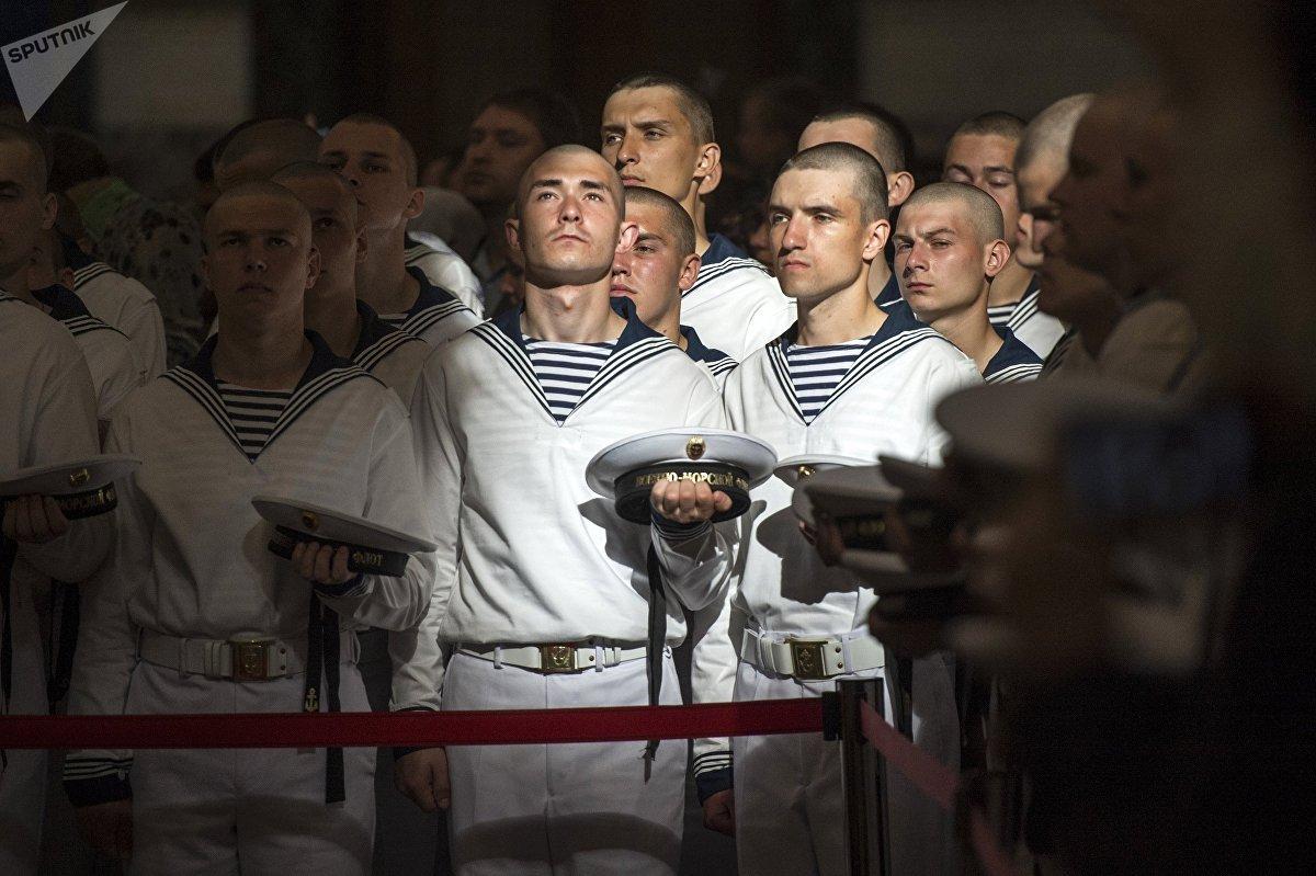 Los marineros, durante una misa ortodoxa celebrada en la Catedral Naval de Kronstadt, en las afueras de San Petersburgo