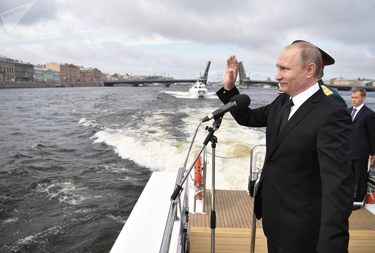El presidente de Rusia, Vladímir Putin, antes de inaugurar el desfile principal de la Armada de Rusia, en San Petersburgo