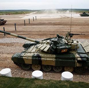 El tanque T-72 operado por el equipo de Angola, Uganda y Laos durante la competencia en el Army Games 2017