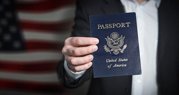 Un hombre sostiene un pasaporte estadounidense