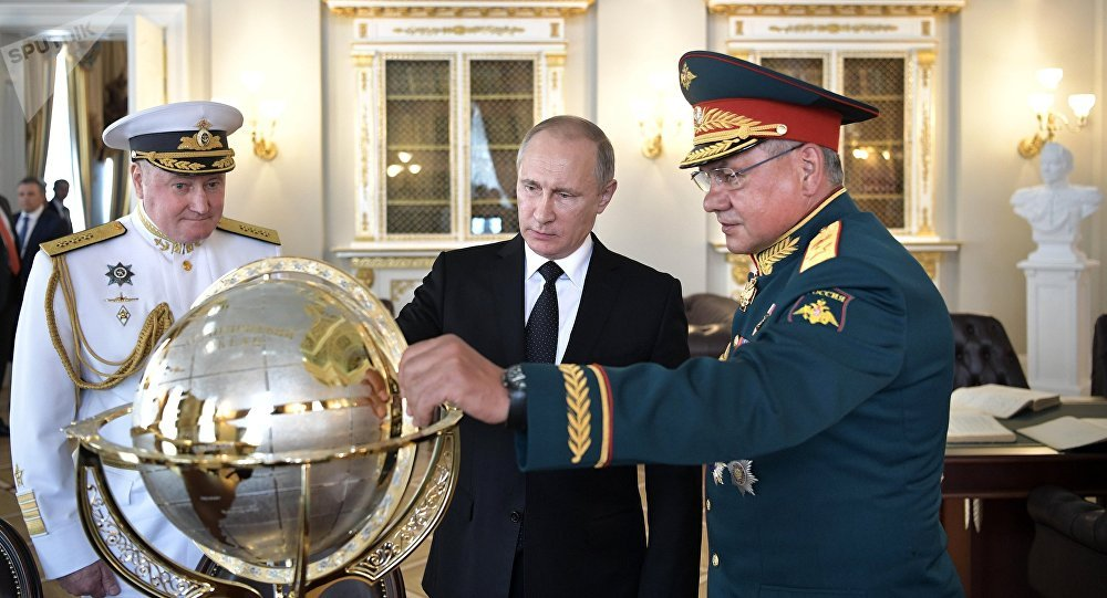 Vladímir Putin, presidente de Rusia, durante su visita a los edificios históricos del Almirantazgo en San Petersburgo (a su izquierda: el  almirante Vladimir Korolev, comandante de la Armada rusa; a su derecha: Serguéi Shoigú, el ministro de Defensa ruso)
