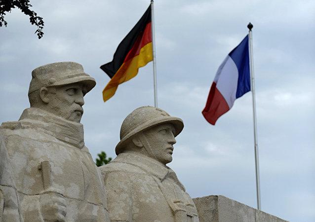 Banderas de Alemania y Francia en el memorial dedicado a la batalla de Verdún, Francia
