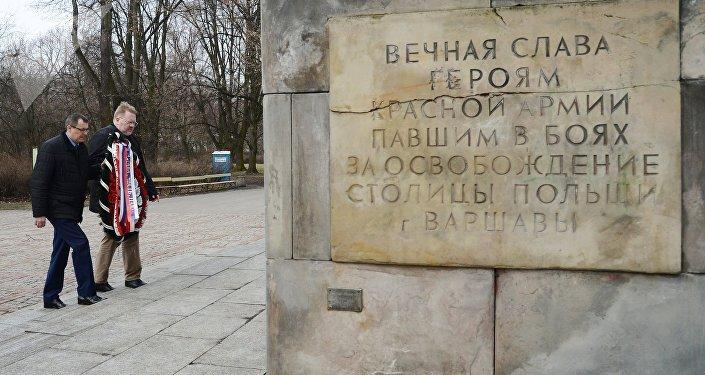 Dejando flores en las tumbas de los soldados soviéticos en Polonia