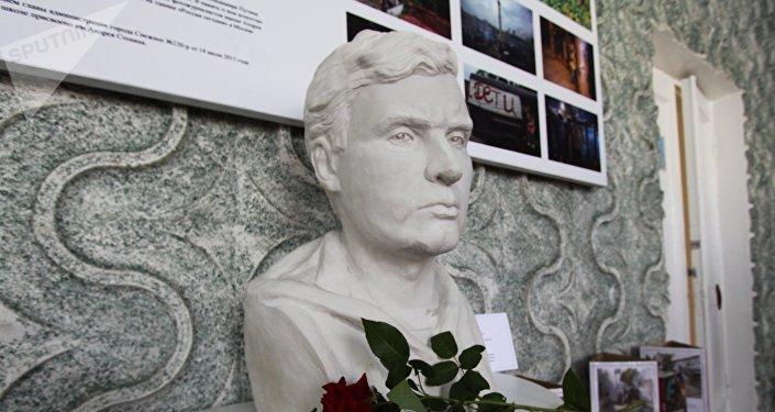 Busto del corresponsal gráfico ruso Andréi Stenin