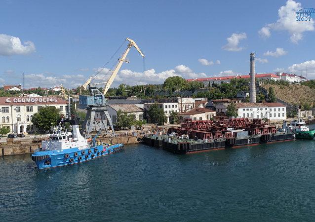 Llega a Kerch el primer soporte flotante para los arcos del puente de Crimea