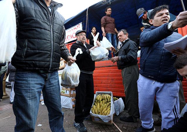 Agricultores argentinos regalando bananas en Buenos Aires