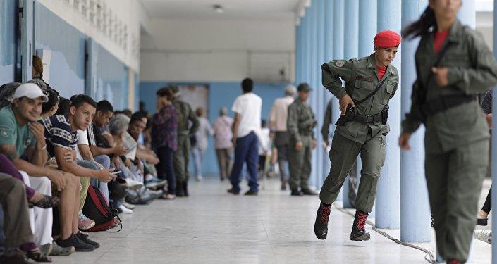 Personas esperando a votar en la Asamblea Nacional Constituyente en Venezuela